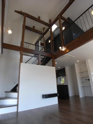 吹き抜けのLDKと階段ホール