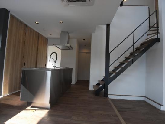 スキップフロアとキッチン、階段室