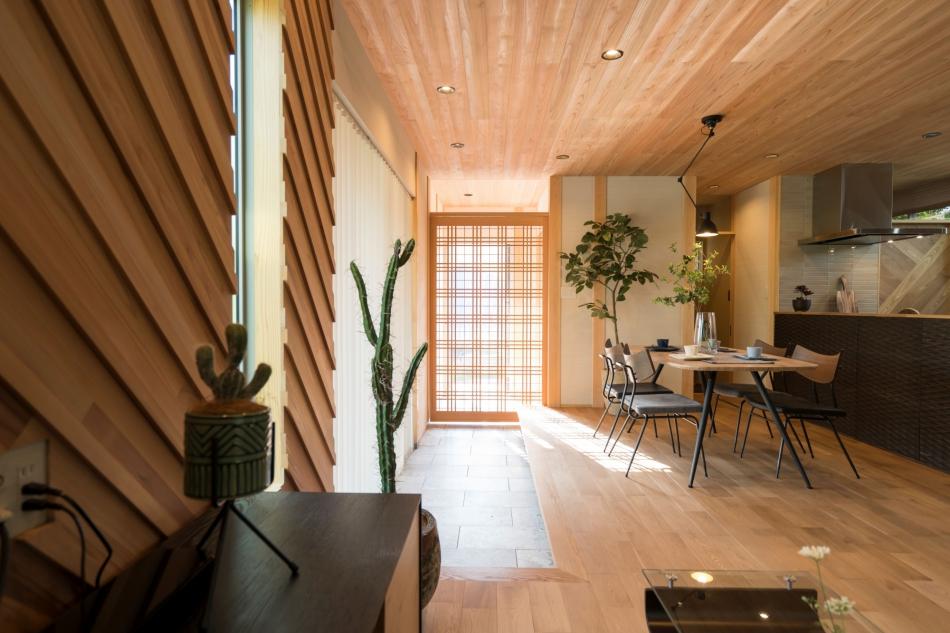 ひと技加わった地元の杉を使ったデザイン壁