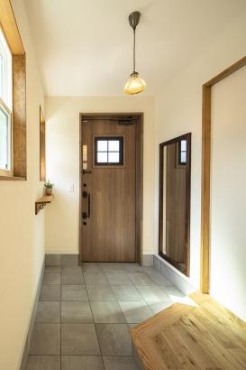 広々として明るい玄関。