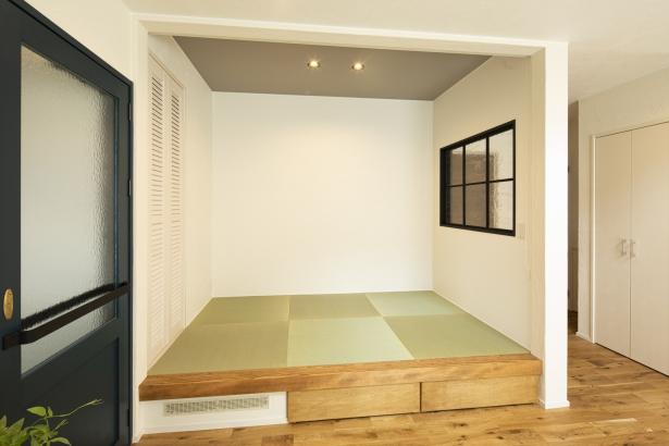 小上がりになった畳スペースは、ロールスクリーンで仕切ることができます。