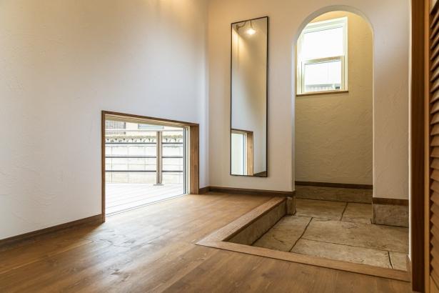 玄関は明るく、光の差し込む空間。