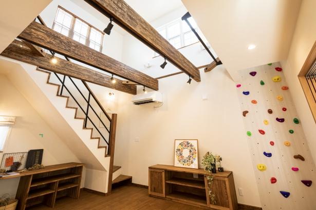 ボルダリングや鉄棒など、体を動かすことが大好きなご家族のアイデアが詰まった空間。