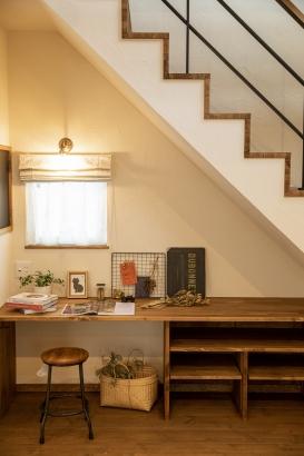 階段下のスペースには、趣味を愉しむデスクが備えつけられています。