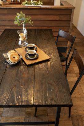 造作テーブル。  暗めの色にすることで、重厚感のあるヴィンテージ感あふれる印象に。
