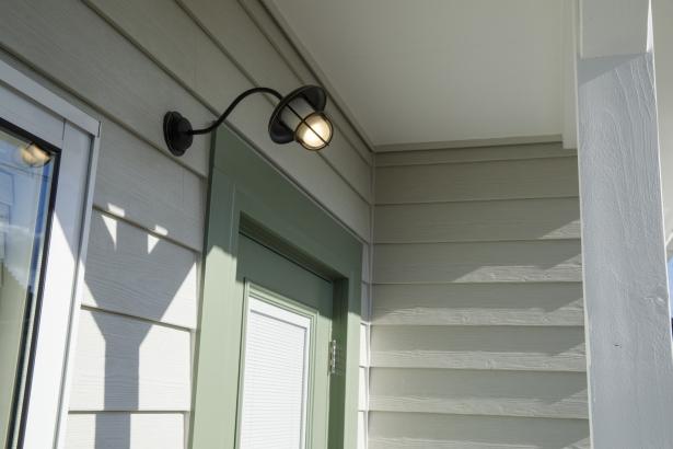 玄関ポーチの、照明も個性があって素敵です。