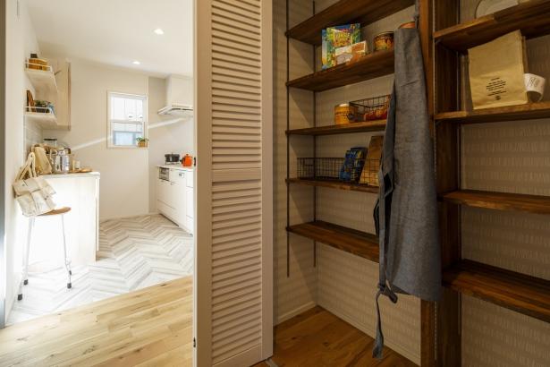 キッチン横のパントリー。可動式の棚で、用途に合った使い方が出来ます。
