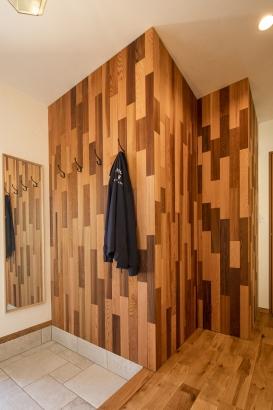 玄関を開けると、木のぬくもりを感じられる壁がお出迎え。