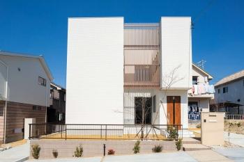 中庭を囲うように建物を配置する事で光と風を 確保しながら外部からの 視線を遮る事で プライバシーに配慮したコートハウスです。 また、中庭を通して家中を見渡せることから、 ホームパーティなど多人数の来客時に おいても開放的な空間の中リラックスできる 間取りとなっています。