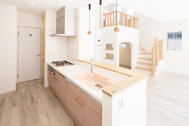 キッチンの奥にはパントリー、その奥の扉の先には洗面脱衣室にもつながってるので、家事動線も意識した間取りになっています。