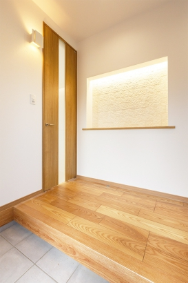 ニッチと間接照明が素敵な玄関