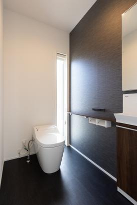 モノトーンカラーで高級感のあるトイレ