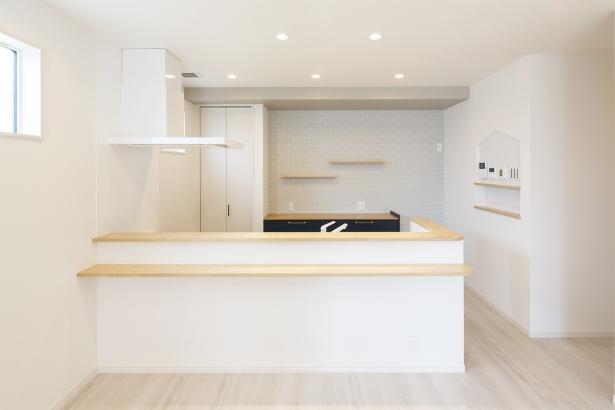 キッチンは白とナチュラルな木目で統一