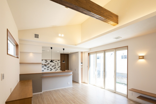 勾配天井と化粧梁が立体感のある空間を演出。