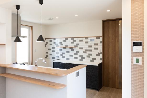 キッチン横にはタイル張りのスイッチニッチが。