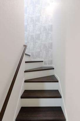 ウォルナットの踏み板と手摺りがシックな階段