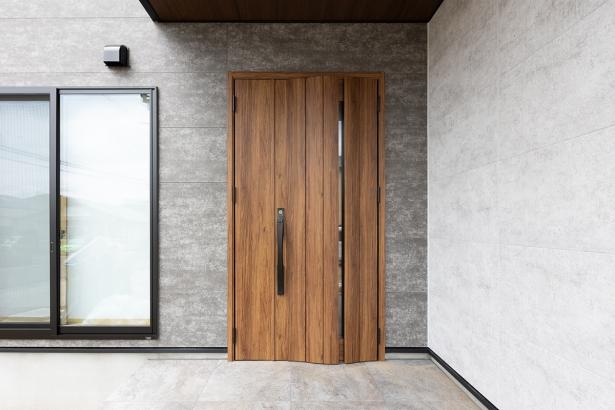 木目がオシャレな玄関扉