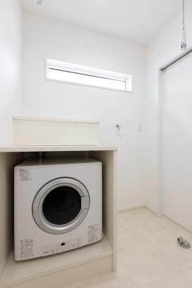 乾燥機がすっぽり入る造作棚のあるランドリールーム