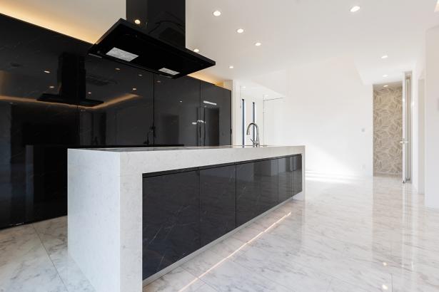 厚みのある天板を施したアイランドキッチン