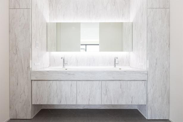 大理石調の高級感のある洗面室