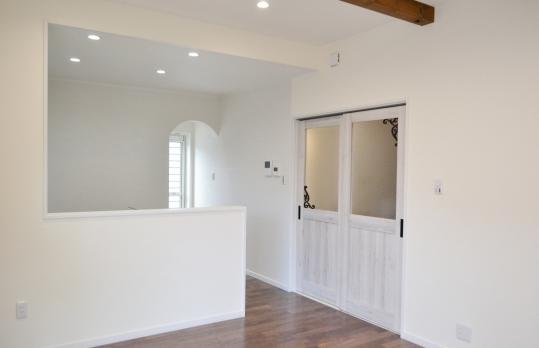 壁はサンゴの漆喰という珍しい壁材を塗ってあります。 サンゴが65%も入った本物のサンゴ漆喰です。 限られた会社でしか手に入れる事ができません。 調湿作用や匂いを吸収してクリーンな案内にしてくれます。