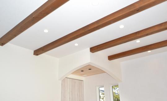 天井を梁見せ天井にすることによって天井高が高くなります。