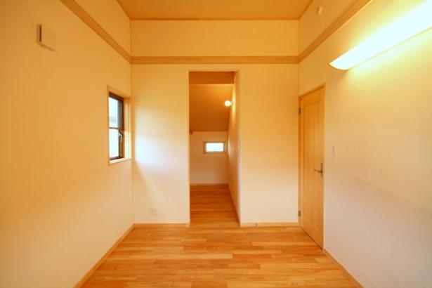 寝室は窓を小さくして、落ち着いた空間に