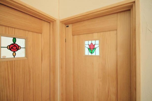 お子様の部屋のドアには各々のステンドグラスを