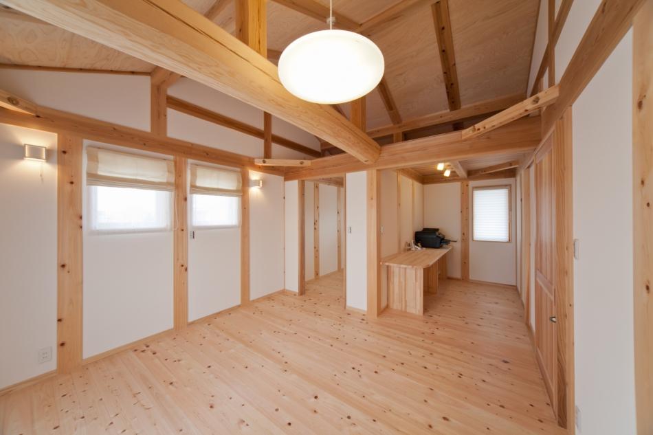 丸太梁のある寝室