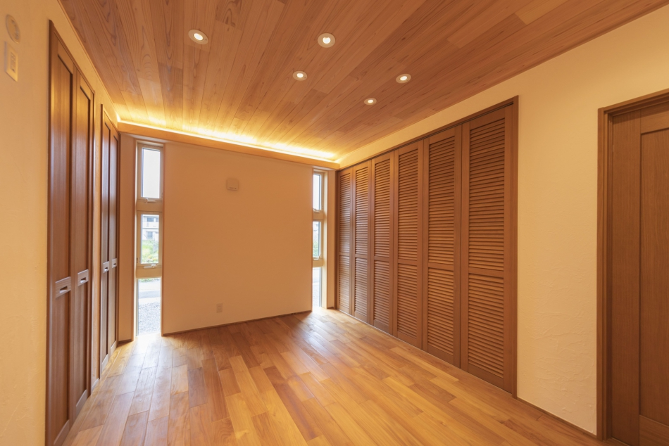 チークを使用し、落ち着いた雰囲気の寝室