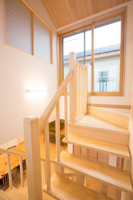 ルーバー手摺とスケルトン階段で風通リと気持ちのいい間取りです